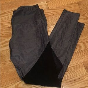 NWOT Crocodile Pattern Activewear Leggings